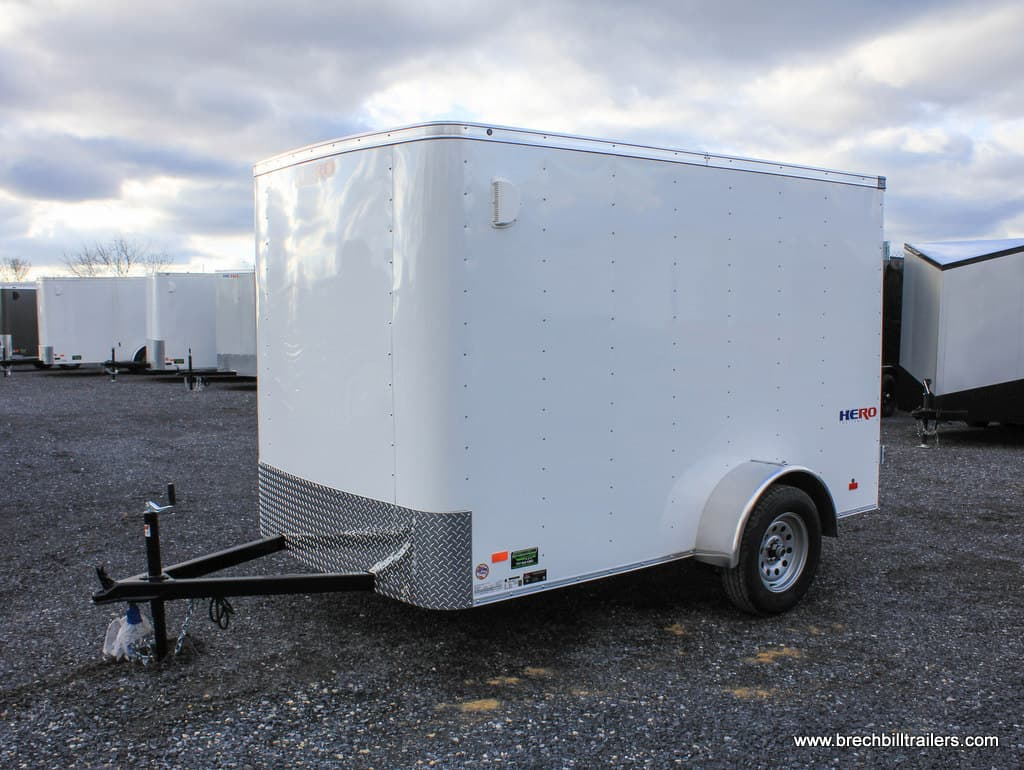 SMALL WHITE ENCLOSED TRAILER WITH BARN DOORS AND A SIDE DOOR